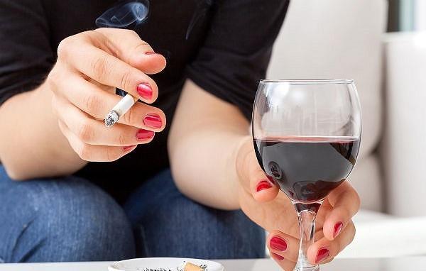 Nghiện rượu, thuốc lá, phơi nhiễm chất độc hóa học cũng là những yếu tố gây bệnh co thắt tâm vị